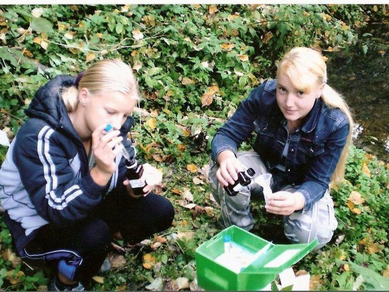Анализ воды вр.Лопасня выполняют Бычкова Крестина и Брыкина Инна