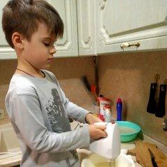 Помогаю готовить кулич