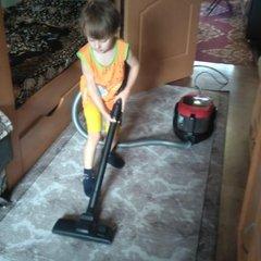 Помогаю маме убирать квартиру