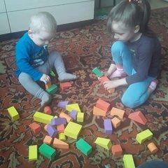 Учу младшего брата строить из кубиков