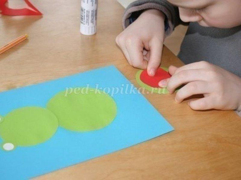 Клеим зеленые и белые круги как показано на рисунке