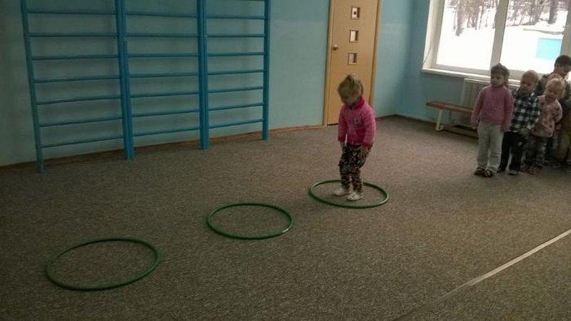 Задачи:упражнять детей в ходьбе и беге врассыпную, развивая ориентировку в пространстве; в сохранении устойчивого равновесия и прыжках.
