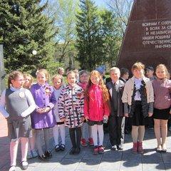 Возложение цветов к памятнику погибшим озерчанам в годы войны