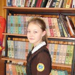 Кристина Саламатина, ученица 6 класса, представляет эмблему школы